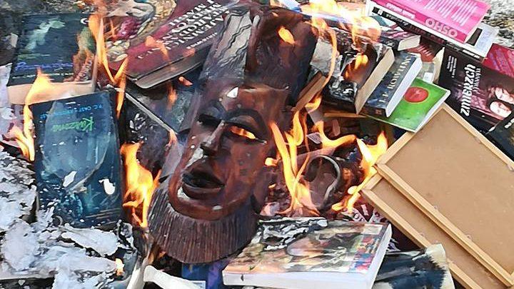 Preti bruciano libri Harry Potter ed Hello Kitty: