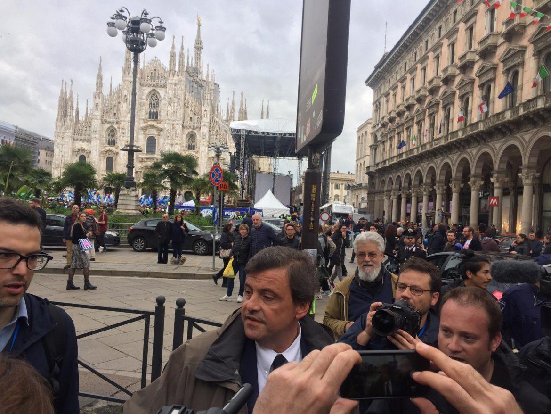 Milano, Carlo Calenda è arrivato in Piazza Duomo