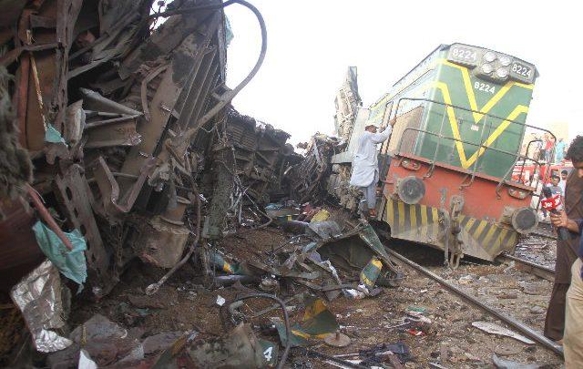 Pakistan, scontro tra treni: almeno 10 morti