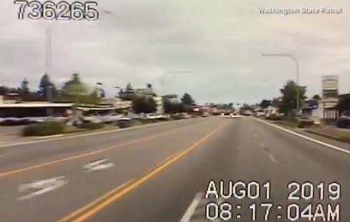 Spettacolare atterraggio d'emergenza sulla strada trafficata