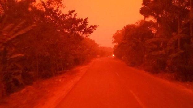 Indonesia come Marte: il cielo diventa rosso per gli incendi [GALLERY]