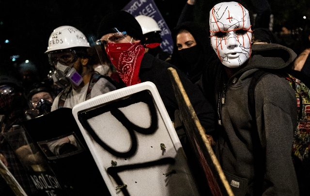Usa: membro Antifa ucciso da agenti durante l'arresto