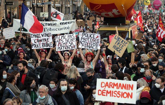 Parigi: scontri alla 'Marcia della Libertà', auto in fiamme