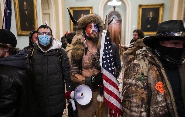 Scontri a Capitol Hill, Jake lo sciamano chiede la grazia a Trump