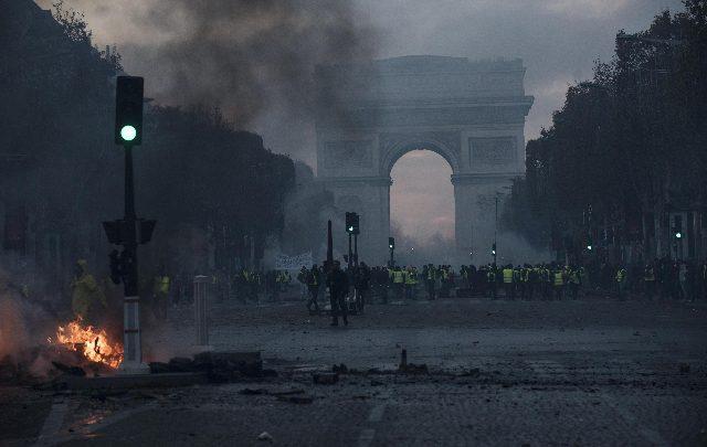 Gilet gialli devastano Parigi. Foto ANSA