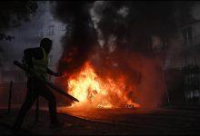 Gilet gialli, incendi devastano Parigi. Foto ANSA