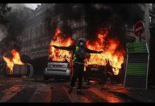 Guerriglia a Parigi: Champs Elysées messi a ferro e fuoco dai gilet gialli. Foto ANSA