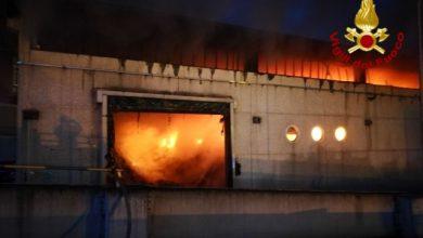 Roma, vasto incendio in deposito di rifiuti sulla Salaria - Foto ANSA