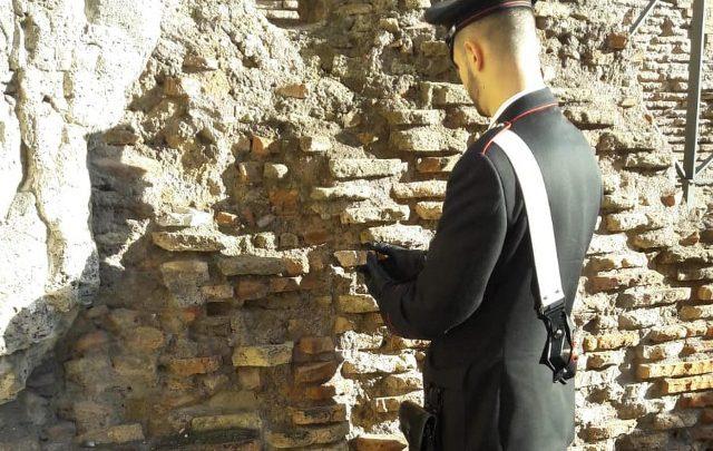 Colosseo: americano ruba frammento da un muro, denunciato
