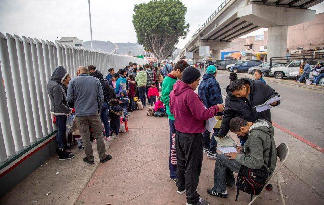 Controlli medici sui bambini al confine con gli Usa