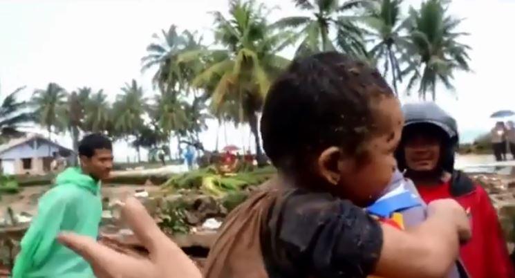 Indonesia, bimbo salvato dopo 12 ore.