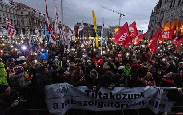 """Ungheria, proteste contro la """"legge schiavitù"""" voluta dal governo di Viktor Orbán"""