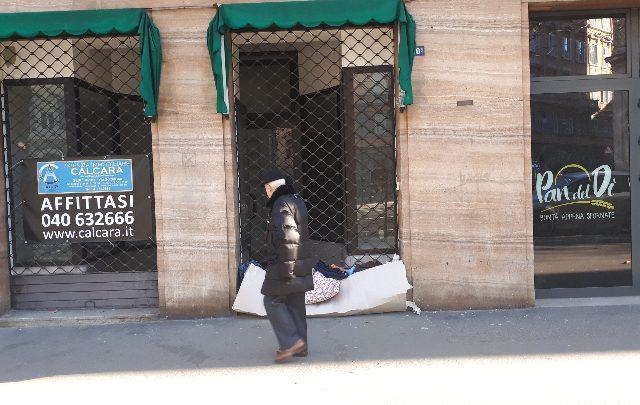 Trieste, l'intervista al senzatetto le cui coperte erano state buttate