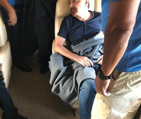 Cesare Battisti a bordo dell'aereo che lo sta portando in Italia. Foto: ANSA