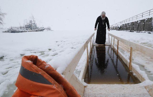 Russia, tuffo in acqua gelata per l'Epifania ortodossa. Foto ANSA