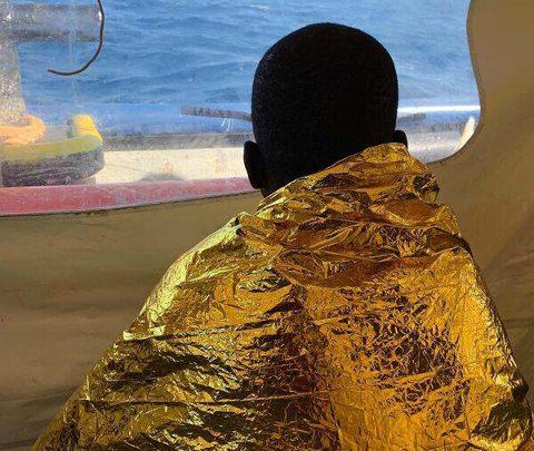 Sea Watch, #Facciamoliscendere: il presidio davanti alla baia