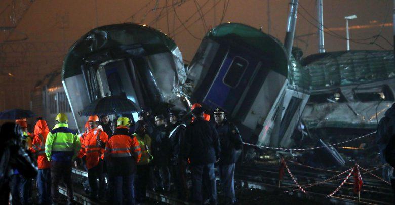Operai al lavoro sul luogo dell'incidente ferroviario. Foto Matteo Bazzi- ANSA