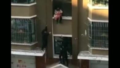 neonato cade nel vuoto, il video del salvataggio eroico