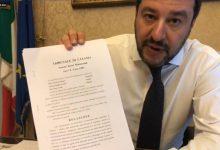 Matteo Salvini mostra la richiesta del Tribunale di Catania. Foto ANSA