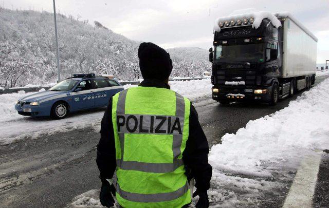 Manovre pericolose sull'A7: polizia individua conducente