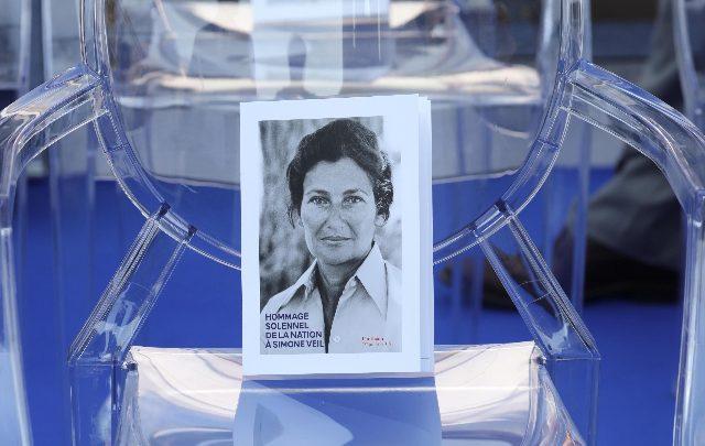 Antisemitismo, a Parigi svastiche sul volto di Simone Veil