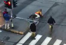 Accoltellato in strada a Milano, passanti riprendono scena