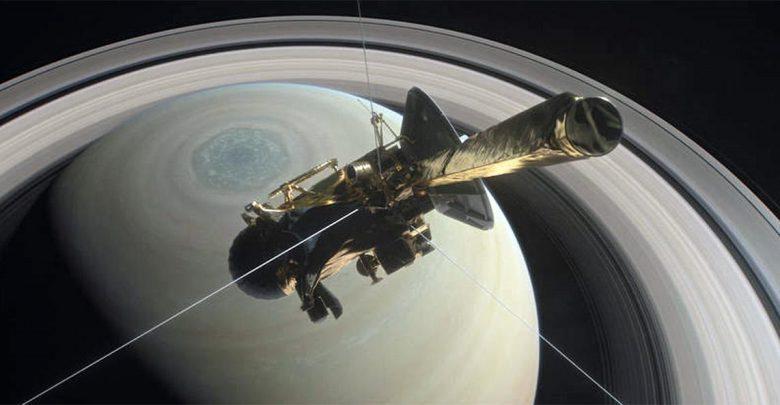 Cassini sopra gli anelli di Saturno