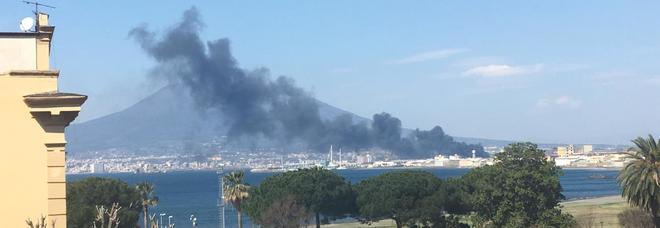 Incendio a Castellammare di Stabia colonna di fumo Napoli