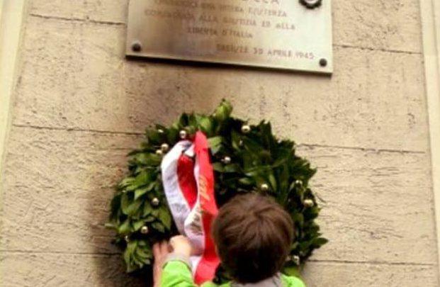 25 aprile, bruciata corona in memoria del partigiano Carlo Ciocca a Milano