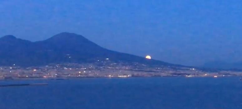 Napoli, la luna e il Vesuvio