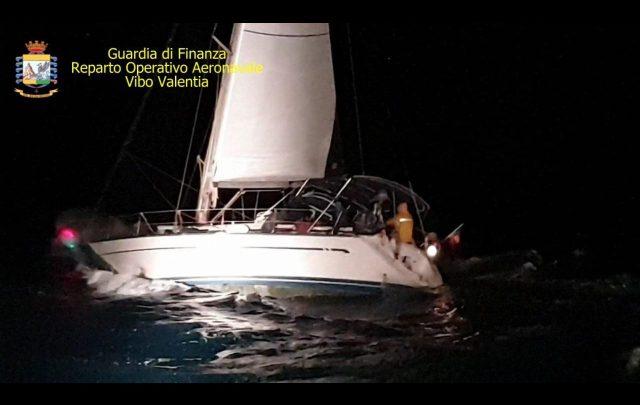migranti crotone barca a vela