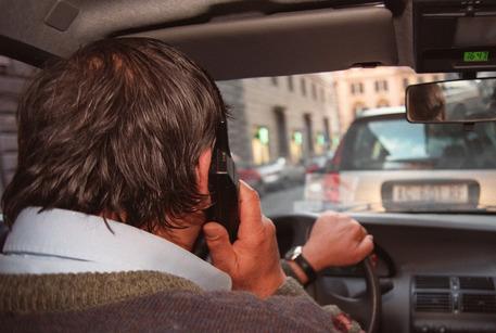 cellulare alla guida auto