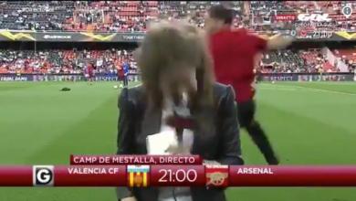 Europa League, giornalista stesa da una pallonata