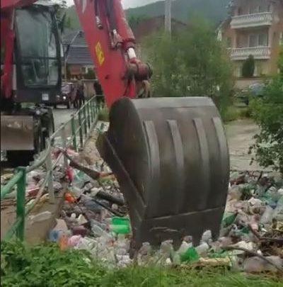 fiume rifiuti plastica inquinamento