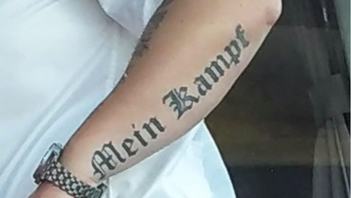 Flixbus tatuaggio nazista