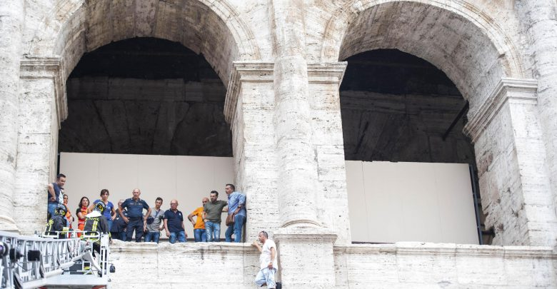 Uomo sale su Colosseo