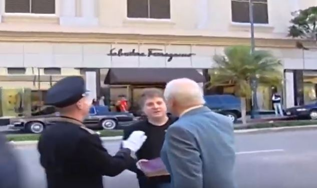 buzz aldrin complottista pugno video