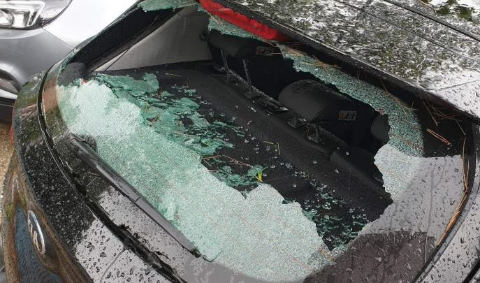 Pescara, grandine spacca i vetri delle auto parcheggiate. Foto Massimo Trisi