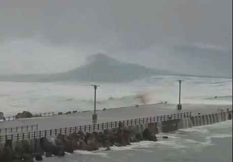 tifone onde giappone video