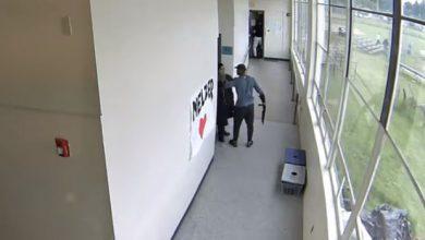 professore abbraccia studente strage usa